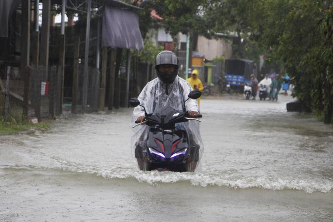 Tuyến đường liên xã qua địa bàn xã Hương Vinh bị ngập sâu. Ảnh: Võ Thạnh