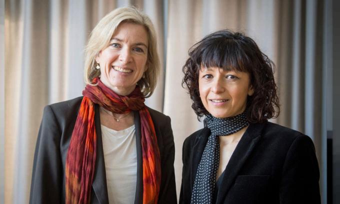 Nhà khoa học Jennifer Doudna (trái) và Emmanuelle Charpentier (phải). Ảnh: Alexander Heinl/AP.