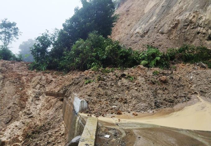 Đường lên một xã Trà Vân, huyện Nam Trà My sạt lở bị tê liệt giao thông. Ảnh: Thọ Hoàng.