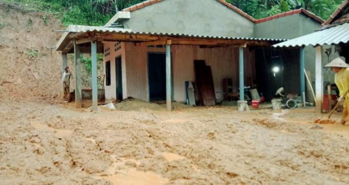 Lở núi khiến bùn vào sân nhà dân ở huyện Ba Tơ. Ảnh: Anh Trình.