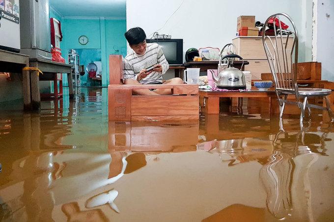 Một nhà dân ở thôn Trung Sơn, xã Hoà Liên bị nước tràn vào. Ảnh: Đông Hồ.