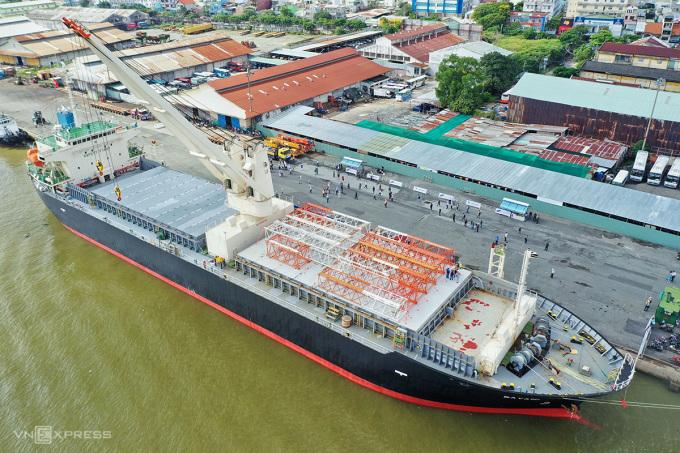Tàu Bayani đang neo đậu ở cảng Khánh Hội để thực hiện tháo dỡ tàu metro đưa xuống xe siêu trường, sáng 8/10. Ảnh: Hữu Khoa.