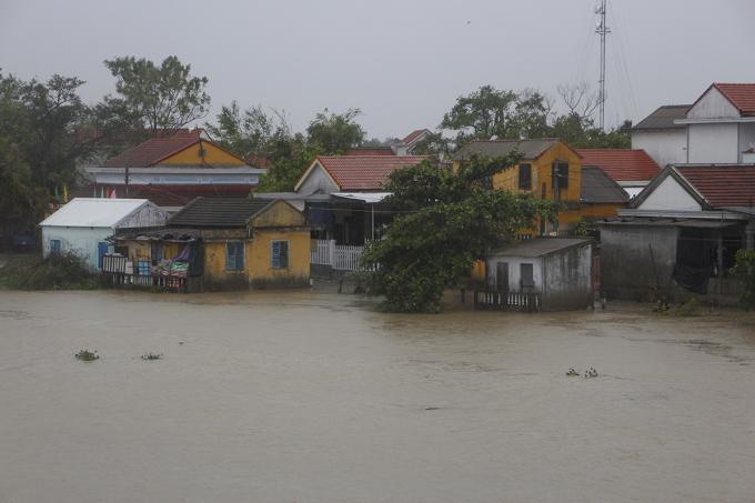 Khu vực nhà dân ở hạ lưu sông Bồ bị ngập sâu. Ảnh: Võ Thạnh
