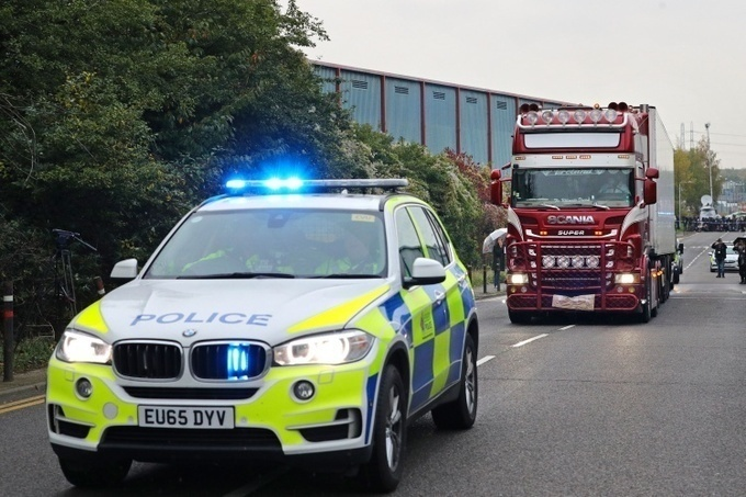 Cảnh sát Anh áp giải xe container chở 39 thi thể được phát hiện ở hạt Essex rời khỏi hiện trường hôm 23/10. Ảnh: Reuters