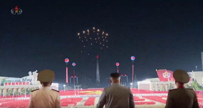 Cường kích Su-25 thả mồi bẫy nhiệt khi bay qua quảng trường Kim Nhật Thành. Ảnh chụp màn hình.