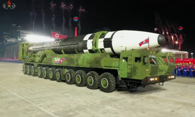 Mẫu ICBM mới được Triều Tiên ra mắt trong lễ duyệt binh. Ảnh chụp màn hình.
