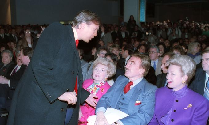 Donald Trump (trái) và nói chuyện với bố Fred Trump Sr. (giữa), mẹ và chị gái tại buổi khai trương sòng bạc Taj Mahal ở thành phố Atlantic, bang New Jersey năm 1990. Ảnh: AP.