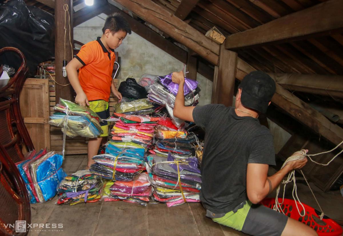 Người dân đưa đồ đạc lên gác nhà tránh lũ