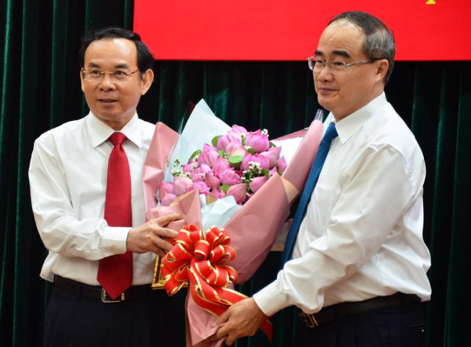 Bí thư Thành ủy Nguyễn Thiện Nhân tặng hoa cho ông Nguyễn Văn Nên tại lễ công bố. Ảnh: Hữu Công.