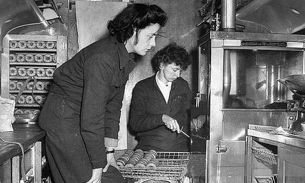 Các tình nguyện viên của Donut Dollies làm bánh từ trước bình minh tại Anh hồi năm 1944. Ảnh: LIFE Picture Collection.