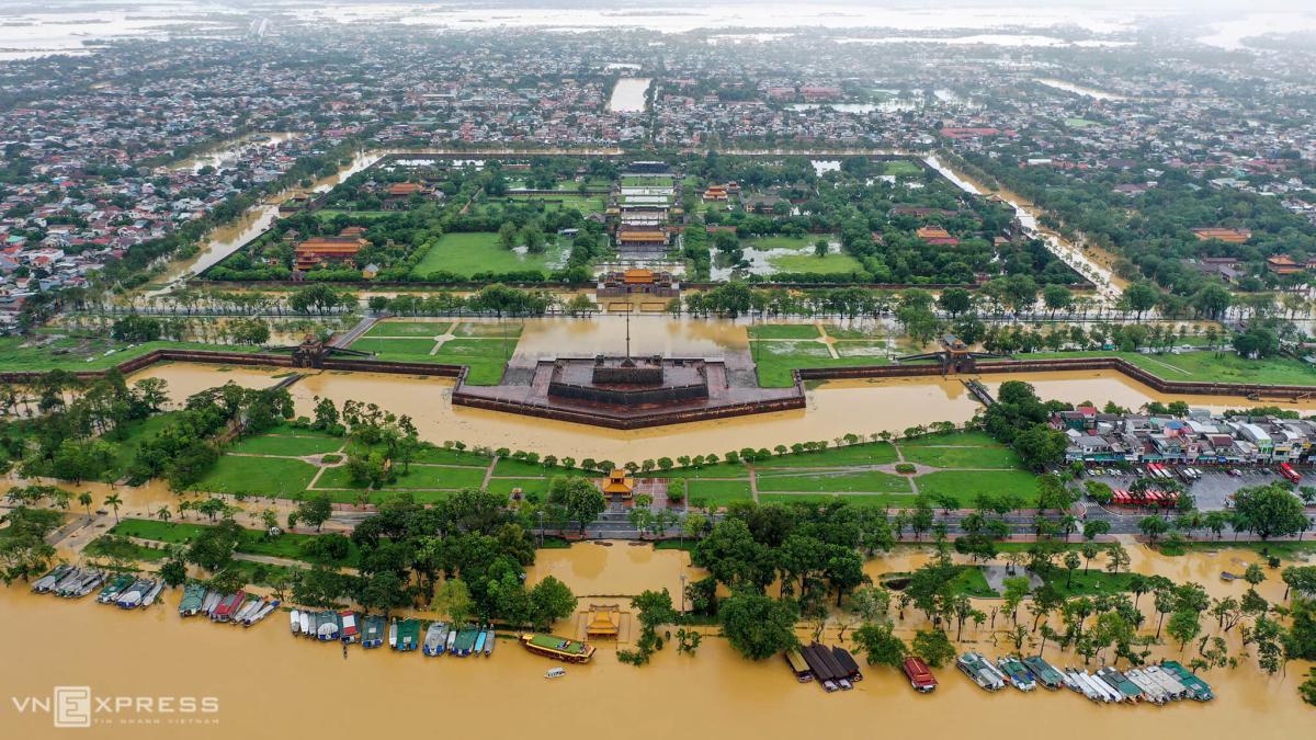 Nước lũ bủa vây Kinh thành Huế