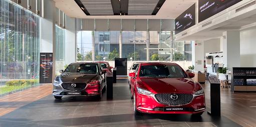 Các mẫu xe thế hệ mới trong showroom Mazda.
