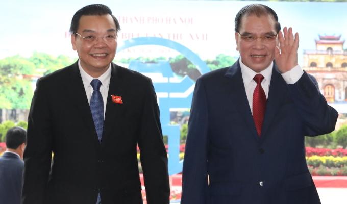 Từ trái qua: Phó bí thư, Chủ tịch UBND TP Hà Nội Chu Ngọc Anh; nguyên Tổng bí thư Nông Đức Mạnh tại đại hội Đảng bộ TP Hà Nội, sáng 12/10. Ảnh: Ngọc Thành