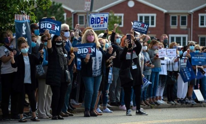 Đám đông ủng hộ ứng viên đảng Dân chủ Joe Biden reo hò khi ông tới thành phố Greensburg, bang Pennsylvania, hôm 30/9. Ảnh: Reuters.