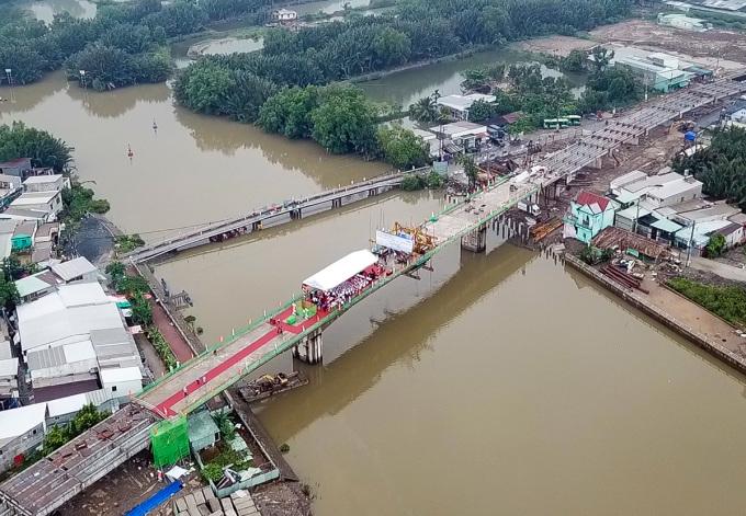 Cầu Phước Lộc bắc qua rạch Long Kiểng thay cầu cũ bên cạnh, sáng 12/10. Ảnh: Gia Minh.