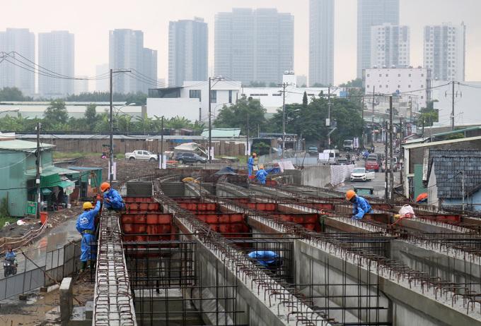 Công nhân thi công trên công trường cầu Phước Lộc, sáng 12/10. Ảnh: Gia Minh.