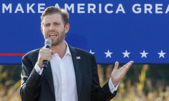 Eric Trump phát biểu trong một chiến dịch vận động tranh cử cho cha ở Monroe, North Carolina, hôm 8/10. Ảnh: AP.
