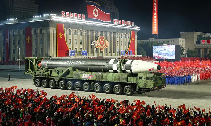 Mẫu tên lửa đạn đạo xuyên lục địa mới trên xe phóng 11 trục bánh xe của Triều Tiên trong lễ duyệt binh ở Bình Nhưỡng, ngày 10/10. Ảnh: KCNA.