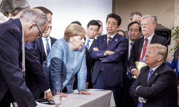Tổng thống Donald Trump (phải) và các lãnh đạo thế giới tại hội nghị G7 ở Charlevoix, Canada hồi tháng 6/2018. Ảnh: AP.