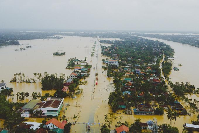 Mưa lũ những ngày qua khiến nhiều nơi Thừa Thiên Huế ngập sâu. Ảnh: Võ Thạnh