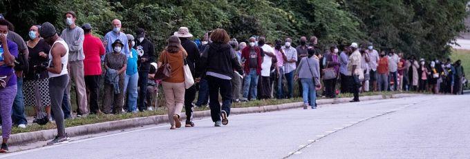 Hàng trăm người xếp hàng chờ bỏ phiếu sớm ở văn phòng bầu cử hạt DeKalb, bang Georgia, hôm 12/10. Ảnh: Atlanta Journal-Constitution.