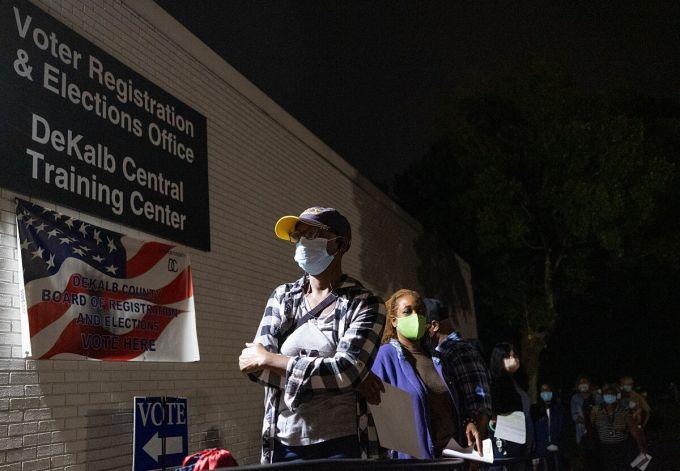 Cử tri xếp hàng chờ bỏ phiếu sớm từ khi trời chưa sáng ở văn phòng bầu cử hạt DeKalb, bang Georgia, hôm 12/10. Ảnh: Atlanta Journal-Constitution.