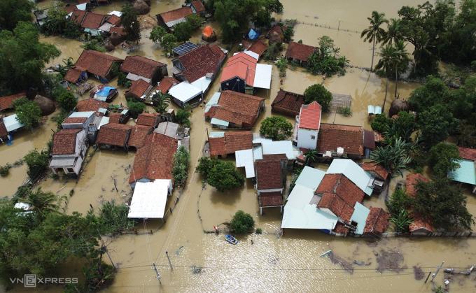 Làng mạc ở Quảng Nam bị nước lũ bủa vây. Ảnh: Đắc Thành.