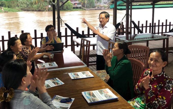 Ông Trường đến thăm lớp học tiếng Anh của các nông dân làm du lịch sinh thái trên Cồn Sơn hồi đầu tháng 10. Ảnh: Trung Phạm.