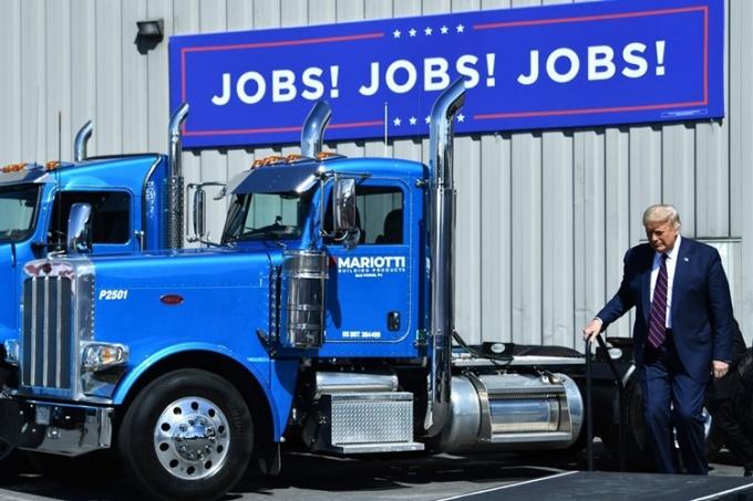 Tổng thống Trump tới thăm nhà máy của công ty Mariotti Building Products ở Old Forge, Pensylvania, ngày 20/8. Ảnh: AFP.