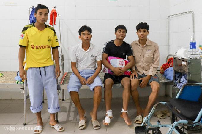 Anh Thoàn (áo trắng) cùng ba công nhân được điều trị ở Bệnh viện Bình Điền. Ảnh: Đông Long.