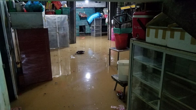 Nước lũ tràn vào nhà dân ở TP Huế, tối 16/10. Ảnh: Võ Thạnh