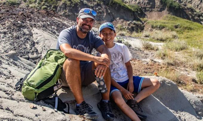Nathan chụp ảnh kỷ niệm cùng bố (Dion Hrushkin) tại nơi phát hiện hóa thạch. Ảnh: Nature Conservancy.