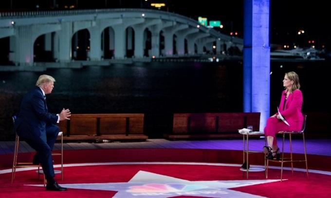 Tổng thống Mỹ Donal Trump (trái) trong phiên hỏi đáp mô hình tòa thị chính do NBC News tổ chức tối 15/10. Ảnh: AFP.