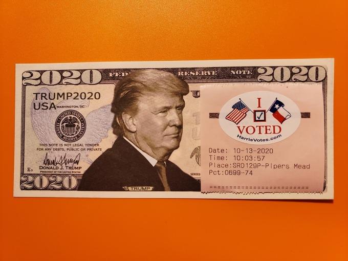 Mảnh giấy gắn sticker I Voted mà chị Hường Nguyễn nhận được sau khi bỏ phiếu xong hôm 13/10 cùng tờ đôla lưu niệm in hình Tổng thống Trump mà chị được một người bạn tặng. Ảnh: Nhân vật cung cấp.