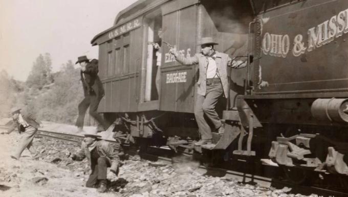 Một cảnh trong Rage At Dawn, bộ phim ra mắt năm 1955 có nội dung dựa trên những vụ cướp tàu hỏa của anh em nhà Reno. Ảnh: RKO Pictures.