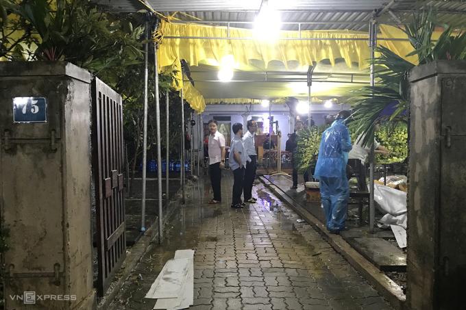 Gia đình chuẩn bị lễ tang trong căn nhà 3 gian của ông Bình. Ảnh: Hoàng Táo