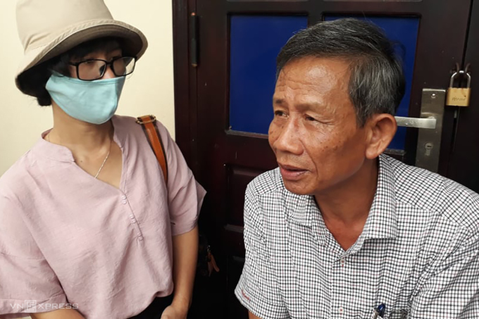 Ông Trịnh Đức Hùng (phải), nguyên Chủ tịch UBND huyện Phong Điền kể về người kế nhiệm. Ảnh: Võ Thạnh