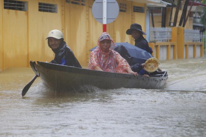 Nước lũ lên lại, nhiều nơi ở Thừa Thiên Huế ngập sâu. Ảnh: Võ Thạnh