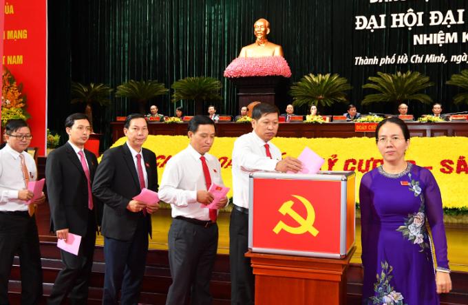 Các đại biểu bỏ phiếu bầu Ban chấp hành đảng bộ TP HCM nhiệm kỳ 2020 - 2025 sáng 17/10. Ảnh: Trung tâm báo chí đại hội.