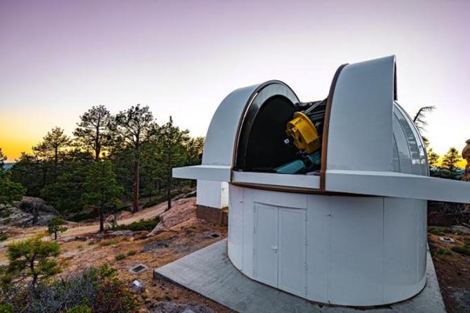 Kính thiên văn đường kính một mét tại đài quan sát SAINT-EX. Ảnh: UNAM/E. Cadena.