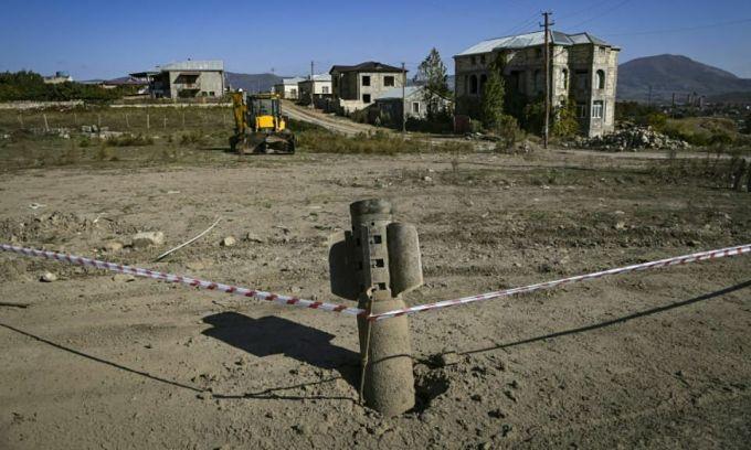 Tên lửa BM-30 Smerch chưa phát nổ ở ngoại ô Stepanakert, Nagorno-Karabakh ngày 12/10. Ảnh: AFP.