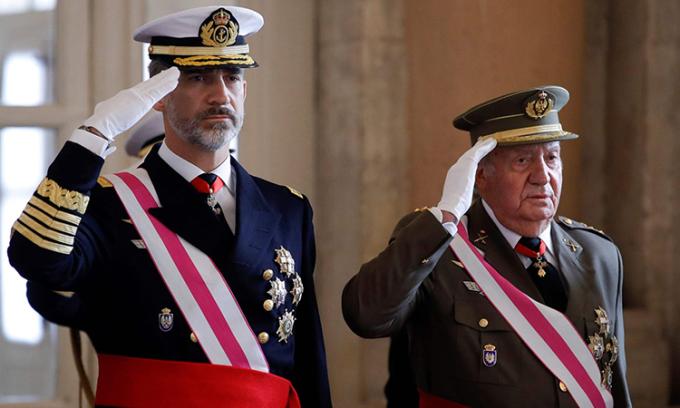 Quốc vương Felipe VI (bên trái) và cựu vương Juan Carlos dự lễ kỷ niệm Pascua Militar tại cung điện hoàng gia ở thủ đô Madrid, Tây Ban Nha tháng 1/2018. Ảnh: AFP.
