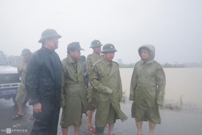 Thượng tá Ngô Nam Cường đứng cạnh Thiếu tướng Nguyễn Văn Man chiều ngày 11/10. Ảnh: Võ Thạnh