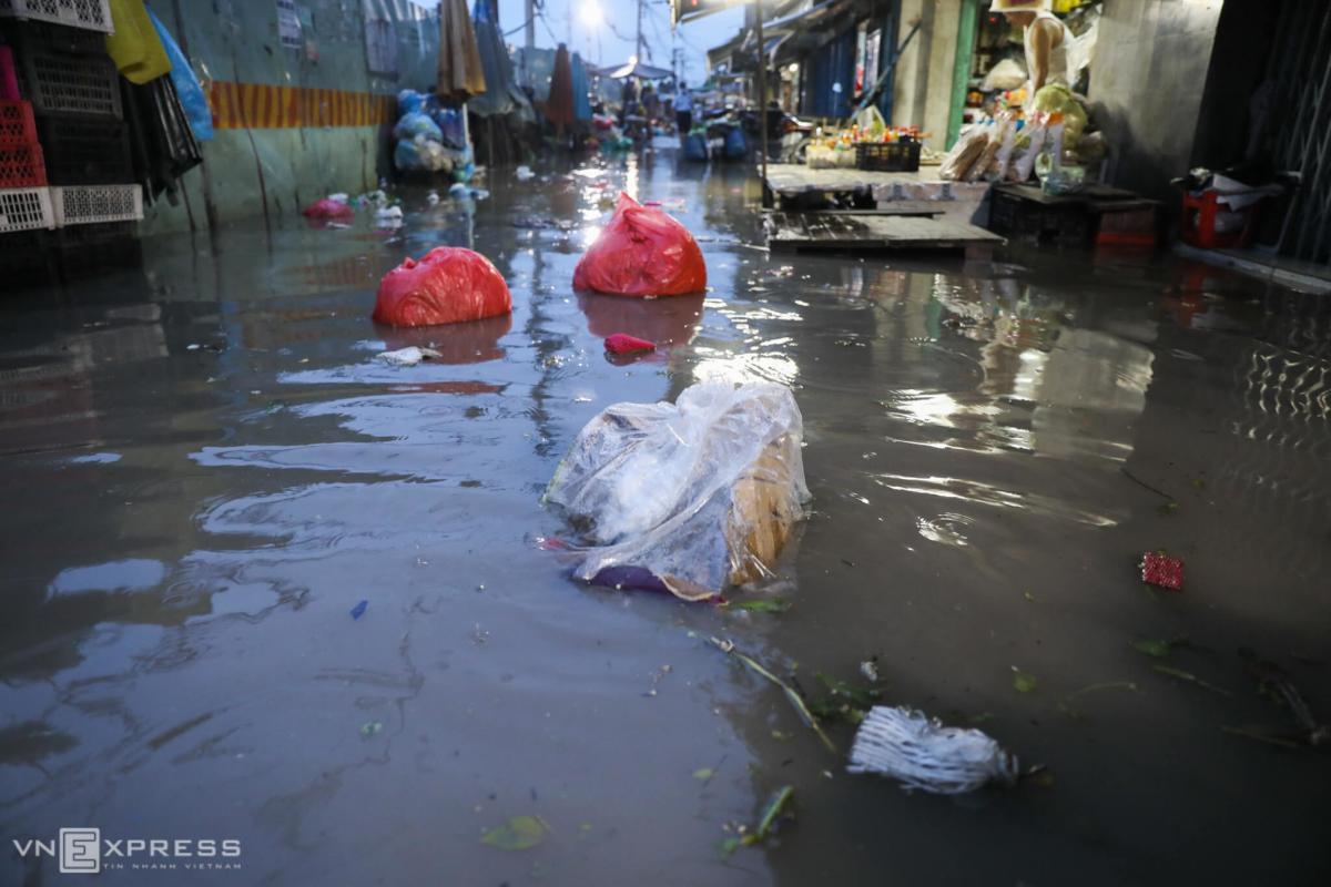 Nhà dân ngập nặng trong triều cường ở Sài Gòn