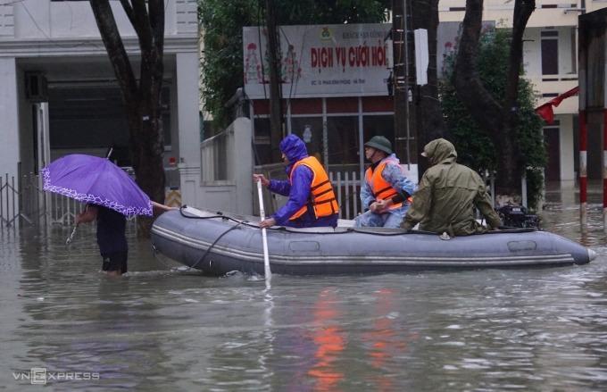 Đường phố biến thành sông ở TP Hà Tĩnh, ngày 19/10. Ảnh: Lê Hoàng