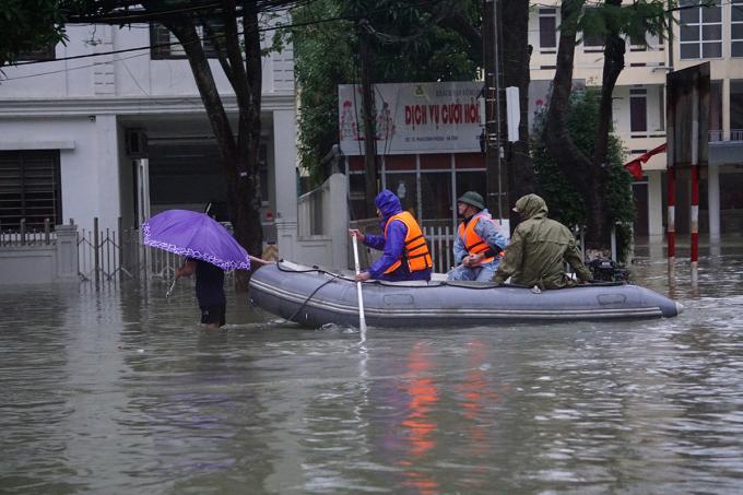 Đường phố ở thành phố Hà Tĩnh ngập sâu chiều 19/10. Ảnh: Lê Hoàng.
