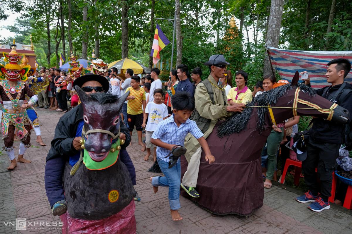 Người Khmer múa Chằn trong lễ dâng y
