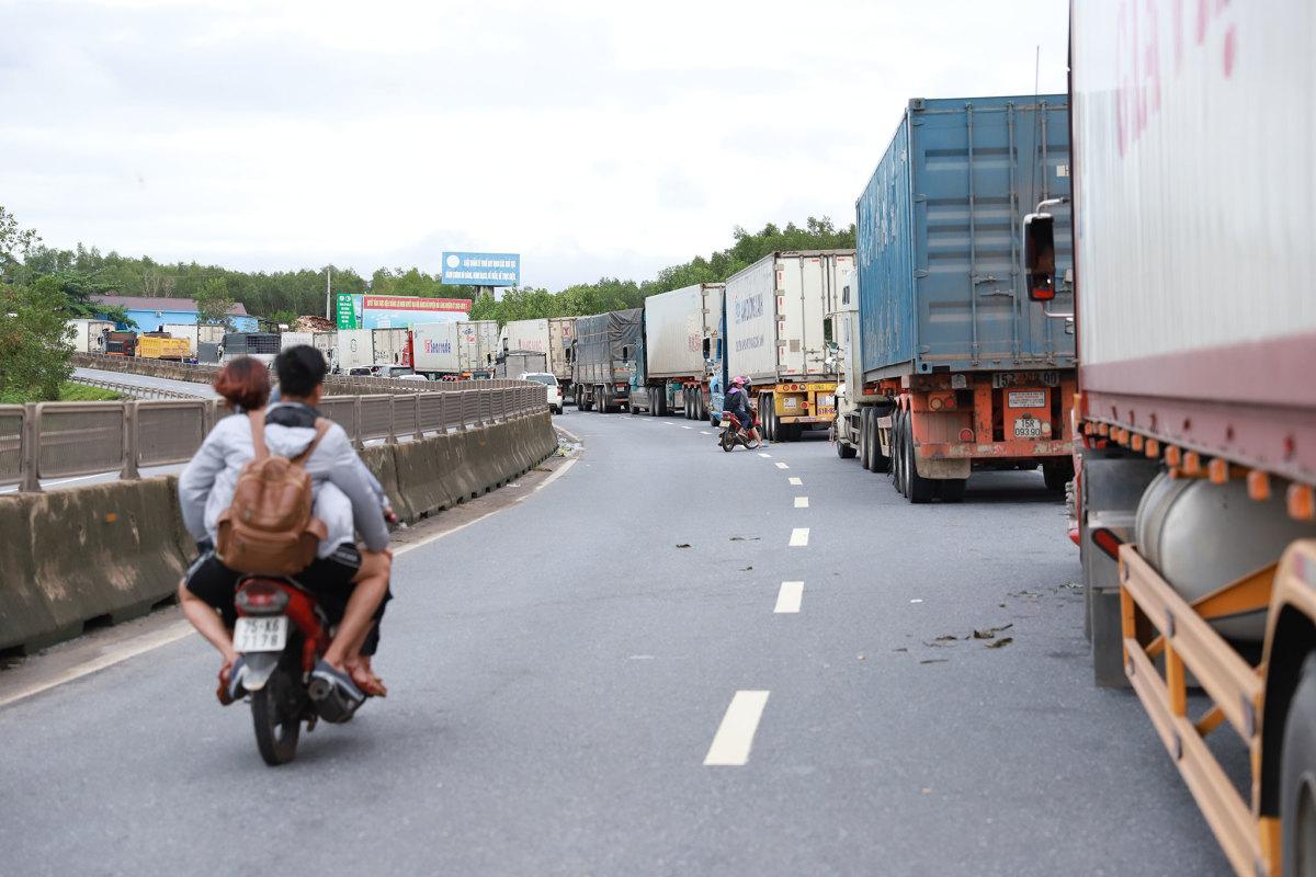 Giao thông ách tắc gần 10 km do nước lũ, tài xế mắc võng nằm chờ quốc lộ thông xe