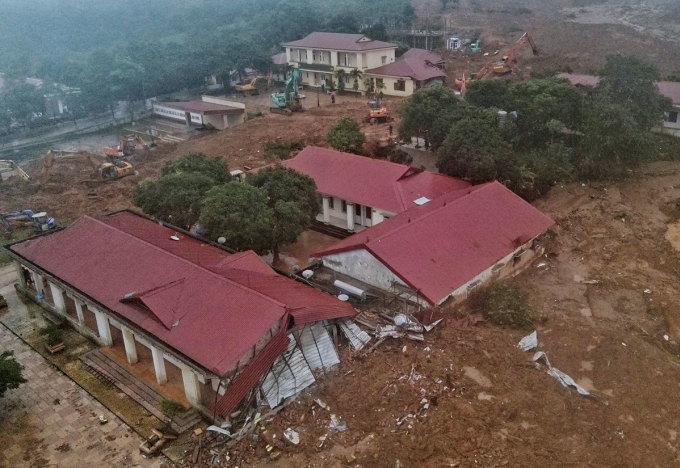 Hiện trường vụ lở núi vùi lấp 3 dãy nhà, nơi đóng quân của 27 chiến sĩ. Ảnh: Hữu Khoa