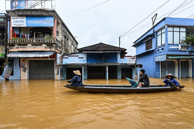 Một con đường tại thị xã Hương Trà, Thừa Thiên-Huế chìm trong biển nước. Ảnh: Giang Huy.
